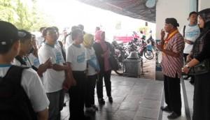 Rombongan Netizen Gathering disambut oleh abdi dalem keraton