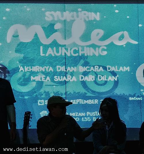 "Pidi Baiq dan Vanesha Prescilla saat launching novel ""Milea Suara dari Dilan"", Sabtu (17/9), di Bandung"